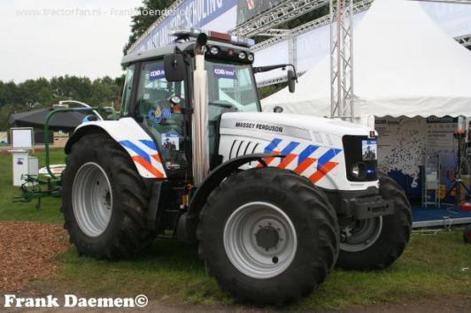 400453-humor-massey-ferguson politie tractor