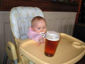Baby_grijpt_naar_bier